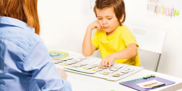 kid-playing-with-flashcards