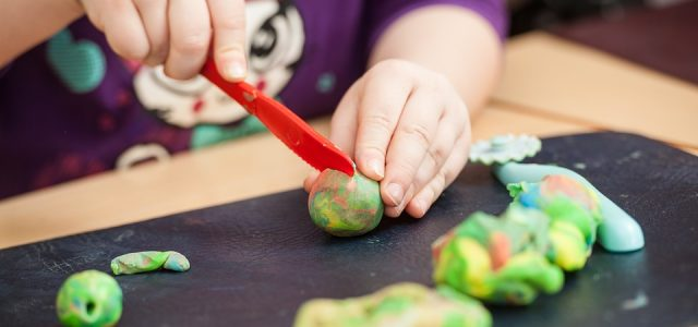 children-play-with-clay