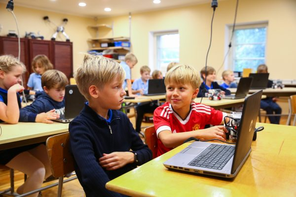 children-in-computer-class
