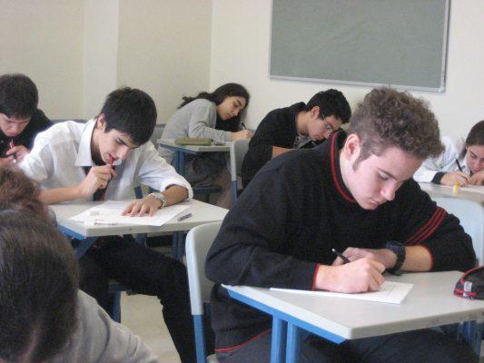 teenagers-doing-test