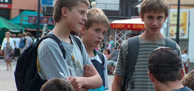 teenagers-with-schoolbags